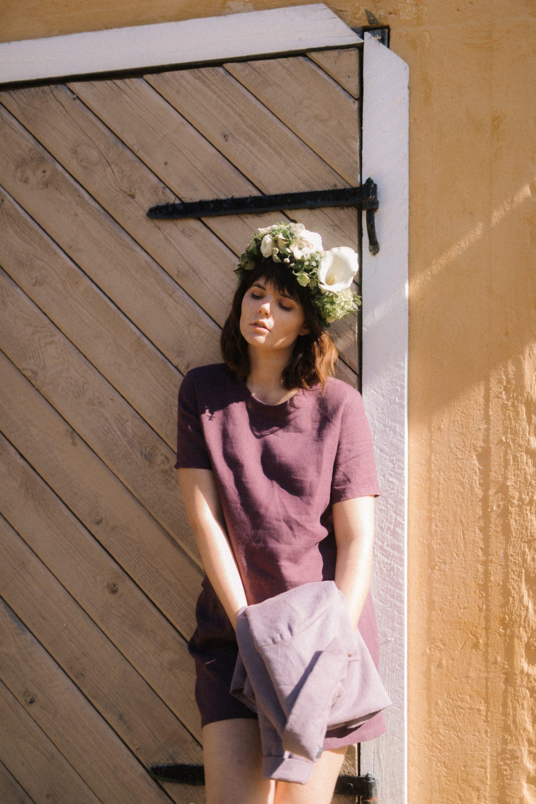 Kotimainen pellavatakki, pellava t-paita ja pellavashortsit ajattomaan kesäpukeutumiseen