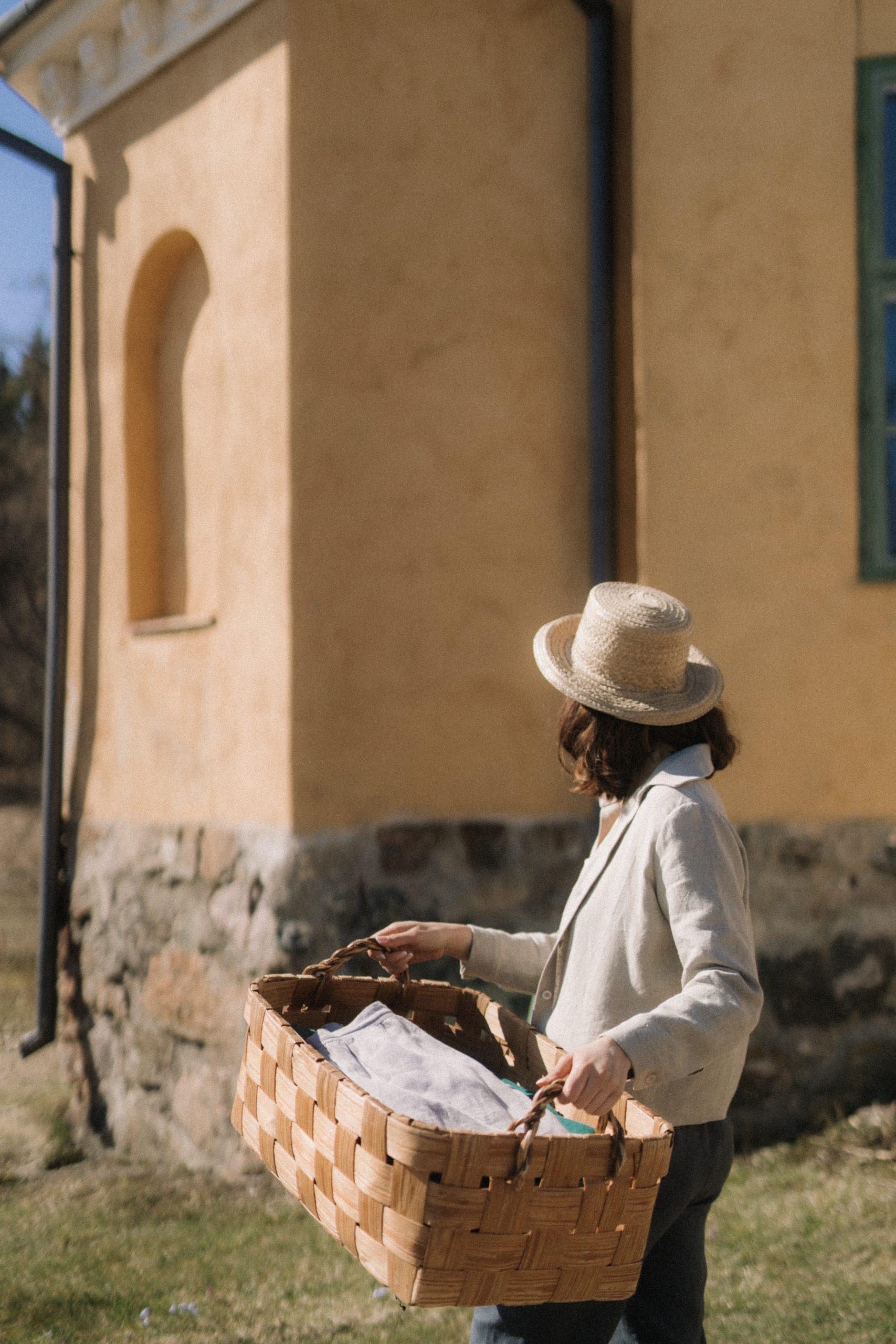 Orvokki pellavapaitapusero ja Saunio pellavahousut luovat ajattoman kauniin asukokonaisuuden